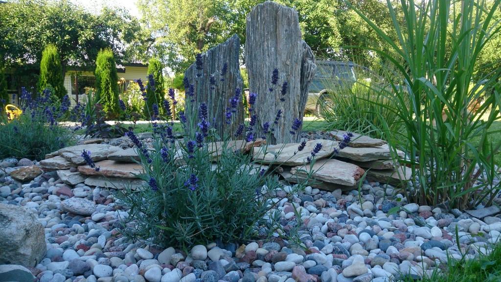 Fontanas iš akmenų ir levandų bei smilgų kompozicija.